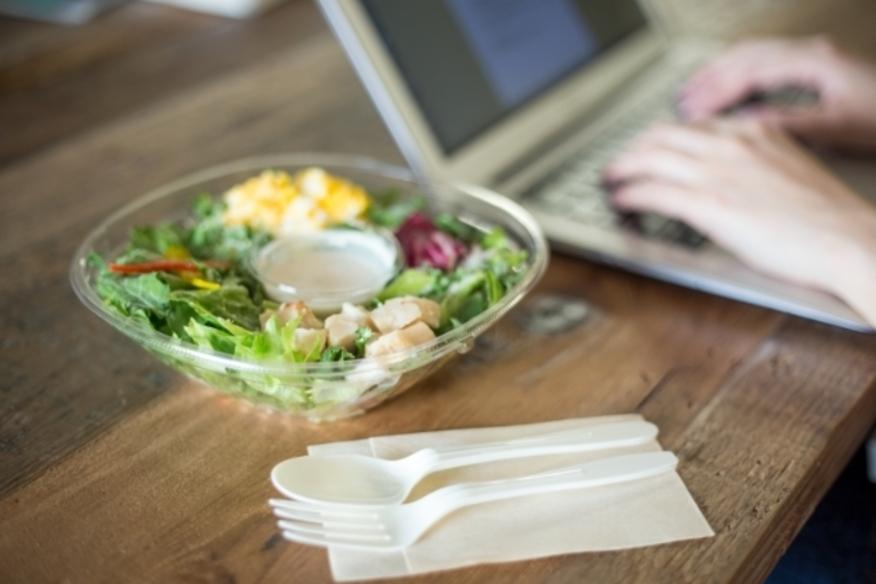オフィスでいつでも好きな時に 健康的な食事ができる。オフィスに設置された冷蔵庫(冷凍庫)に 商品が届くので、いつでも利用ができます。